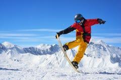 Snowboarder, der Trick tut stockfotografie