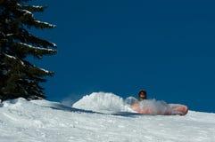 Snowboarder, der unten fällt Stockfotografie