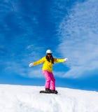 Snowboarder, der unten Hügel der Frau, Schnee schiebt Stockfotografie