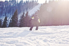 A snowboarder descends from the mountain Royalty Free Stock Images