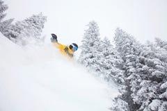 Snowboarder di Freeride sul pendio dello sci Fotografia Stock Libera da Diritti