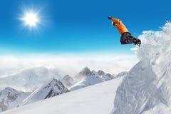 Snowboarder di salto al salto Fotografie Stock Libere da Diritti