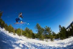 Snowboarder di volo nelle montagne Fotografia Stock