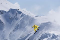 Snowboarder di volo sulle montagne Sport invernali estremi Immagine Stock Libera da Diritti