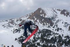 Snowboarder die aan de Totale Strijd 2019 Grandvalira Andorra deelnemen royalty-vrije stock fotografie
