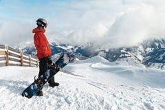 Snowboarder die de overweldigende mening bewonderen Royalty-vrije Stock Afbeelding