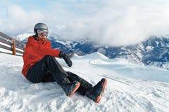 Snowboarder die de overweldigende mening bewonderen Royalty-vrije Stock Fotografie