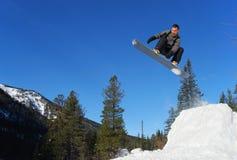 Snowboarder die hoog springt Royalty-vrije Stock Afbeeldingen