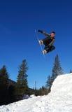Snowboarder die hoog springt Stock Fotografie