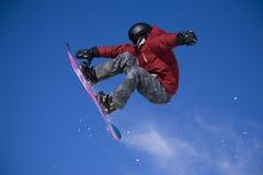 Snowboarder die hoog springt stock foto