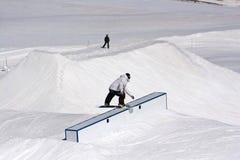 Snowboarder die op een doos glijdt royalty-vrije stock fotografie