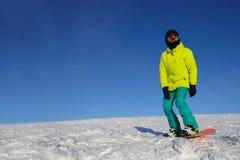 Snowboarder die op helling berijden stock fotografie