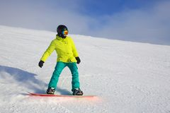 Snowboarder die op helling berijden royalty-vrije stock foto's