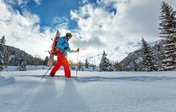 Snowboarder die op sneeuwschoenen in poedersneeuw lopen royalty-vrije stock afbeeldingen