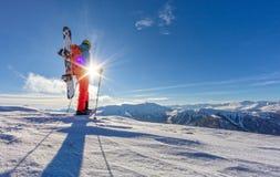 Snowboarder die op sneeuwschoenen in poedersneeuw lopen Royalty-vrije Stock Foto