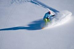 Snowboarder die pret in diepe backcountry sneeuw heeft Stock Afbeeldingen