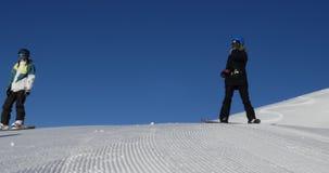 Snowboarder, die Steigungen 4k schlagen stock footage