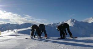 Snowboarder, die Steigungen 4k schlagen stock video