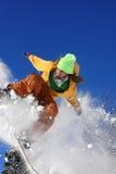 Snowboarder die tegen blauwe hemel springt Royalty-vrije Stock Fotografie