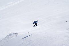 Snowboarder die in terreinpark bij skitoevlucht springen op de zonwinter Stock Fotografie