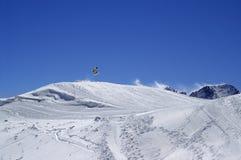 Snowboarder die in terreinpark bij skitoevlucht springen op zonwind DA Stock Foto