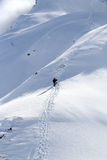 Snowboarder die voor vrije rit stijgt Stock Afbeelding