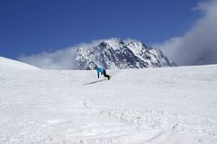Snowboarder in discesa in alta montagna nevosa Fotografie Stock Libere da Diritti