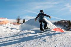 Snowboarder do estilo livre com o capacete no snowpark Fotografia de Stock Royalty Free