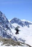 Snowboarder do vôo em montanhas Imagem de Stock
