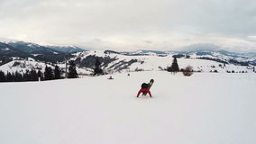Snowboarder doet een truc op skiafdaling stock videobeelden