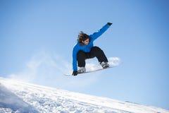 Snowboarder doskakiwanie Zdjęcie Royalty Free