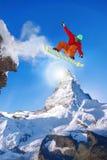 Snowboarder doskakiwanie przeciw Matterhorn szczytowi w Szwajcaria obraz stock