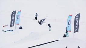 Snowboarder in eenvormige sprong van springplank, volledige tik in lucht SNEEUW BERGEN Wedstrijduiterste stock footage