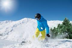 Snowboarder an einem sonnigen Tag Lizenzfreie Stockfotos