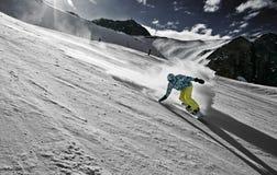 Snowboarder in einer geschnitzten Kurve Stockfotografie