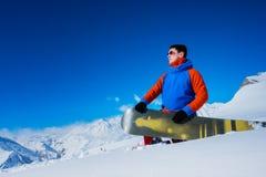 Snowboarder elegante del atleta con los vidrios Fotografía de archivo libre de regalías