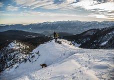 Snowboarder em um monte nevado imagem de stock