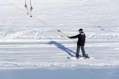 Snowboarder em um reboque de esqui Fotografia de Stock Royalty Free