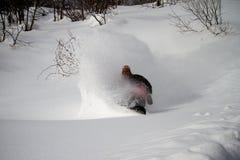 Snowboarder en aerosol de polvo de la acción Foto de archivo libre de regalías