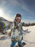Snowboarder en autorretrato de la acción Fotos de archivo