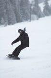 Snowboarder en chutes de neige image stock