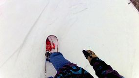 Snowboarder en cuesta del esquí en una montaña almacen de metraje de vídeo