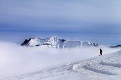 Snowboarder en cuesta fuera de pista con nieve nuevamente caida Imagenes de archivo