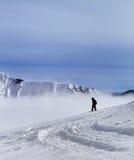 Snowboarder en cuesta fuera de pista con nieve nuevamente caida Imágenes de archivo libres de regalías