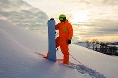 Snowboarder en el fondo de la puesta del sol Foto de archivo libre de regalías