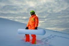 Snowboarder en el fondo de la puesta del sol Fotos de archivo libres de regalías