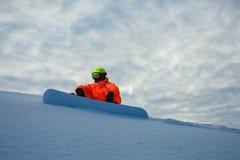 Snowboarder en el fondo de la puesta del sol Imágenes de archivo libres de regalías