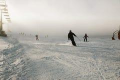 Snowboarder en guardapolvos en una ladera, montañas y deportes de invierno Conveniente para el uso promocional, en vez del título Foto de archivo libre de regalías