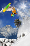 Snowboarder en haute montagne Photo stock
