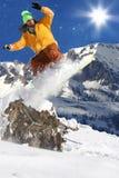 Snowboarder en haute montagne Photographie stock libre de droits